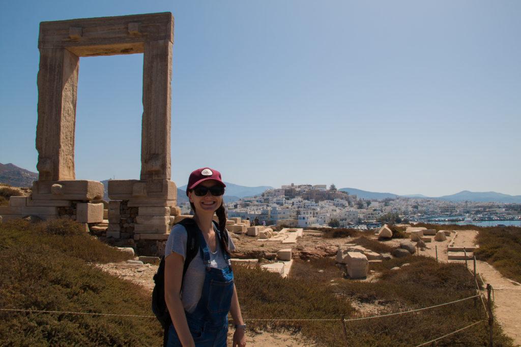 Gabrielle et les ruines du temple d'Appolon, à Naxos.